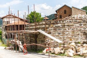 Mur du monastère avec des échaffaudages