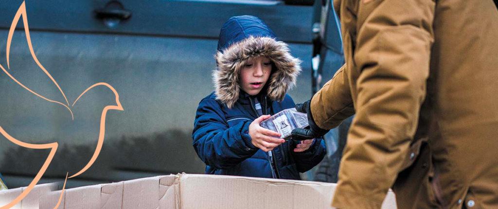 Solidarité Kosovo offre un cadeau à un enfant