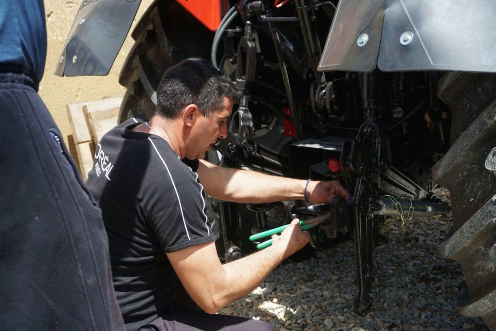 Un ouvrier de la soupe populaire de Novo Brdo fait les derniers réglages avant de tester le nouveau tracteur offert par Solidarité Kosovo.