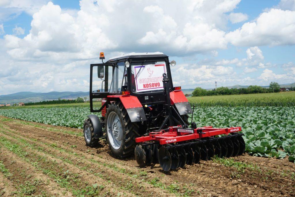 Le tracteur offert par Solidarité Kosovo lors de sa première utilisation dans les champs de la soupe populaire de Novo Brdo.