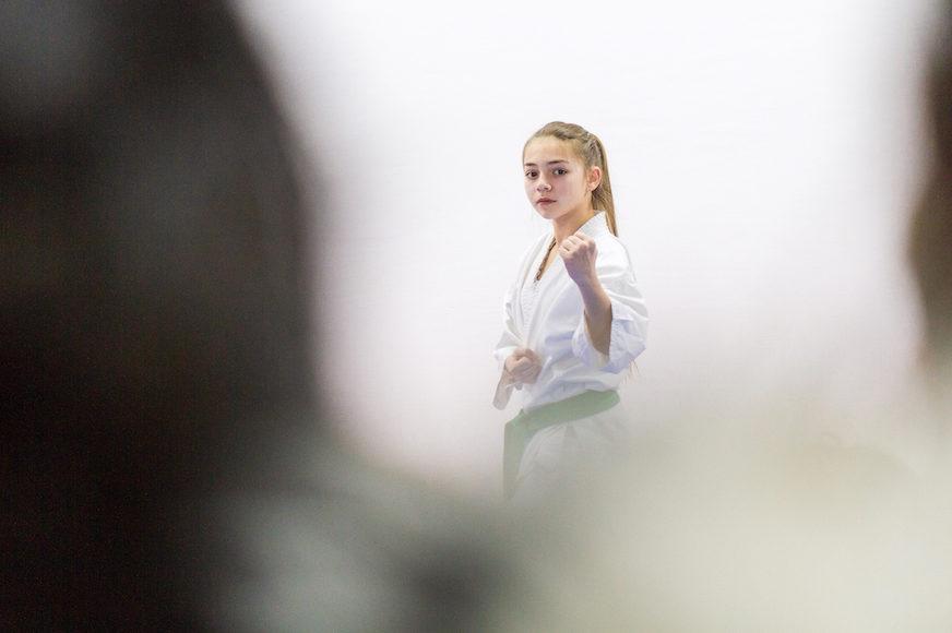 Jeune fille faisant du Karaté à Gracanica