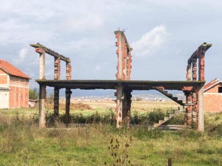 Maison serbe incendiée à l'entrée du village de Balbjak