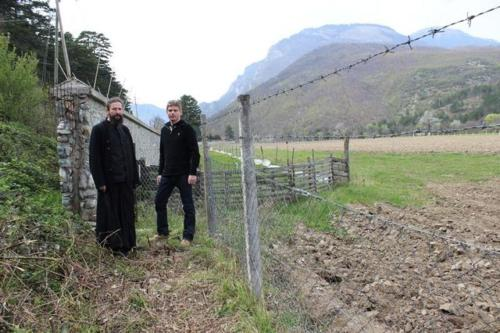Construction d'un rempart pour protéger le monastère de Visoki Dečani